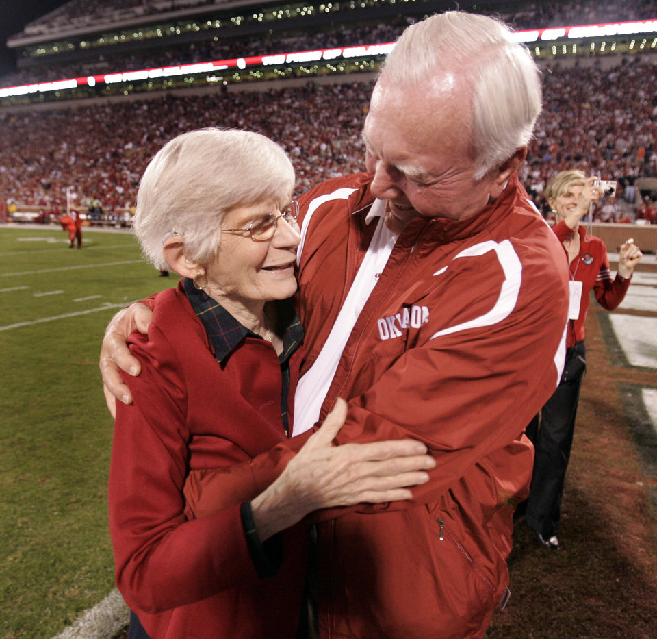 Photo - Mary Geynne Mildren, mother of Jack Mildren, and Chuck Fairbanks hug during halftime of the college football game between the University of Oklahoma Sooners (OU) and the University of Nebraska Huskers (NU) at the Gaylord Family -- Oklahoma Memorial Stadium, on Saturday, Nov. 1, 2008, in Norman, Okla.   BY STEVE SISNEY, THE OKLAHOMAN