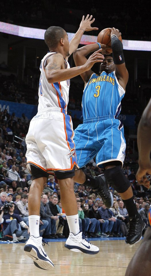 Photo - Oklahoma City's Eric Maynor (6) guards New Orleans' Chris Paul (3) during the NBA basketball game between Oklahoma City Thunder and New Orleans Hornet, Wednesday, Feb. 2, 2011 at the Oklahoma City Arena. Photo by Sarah Phipps, The Oklahoman