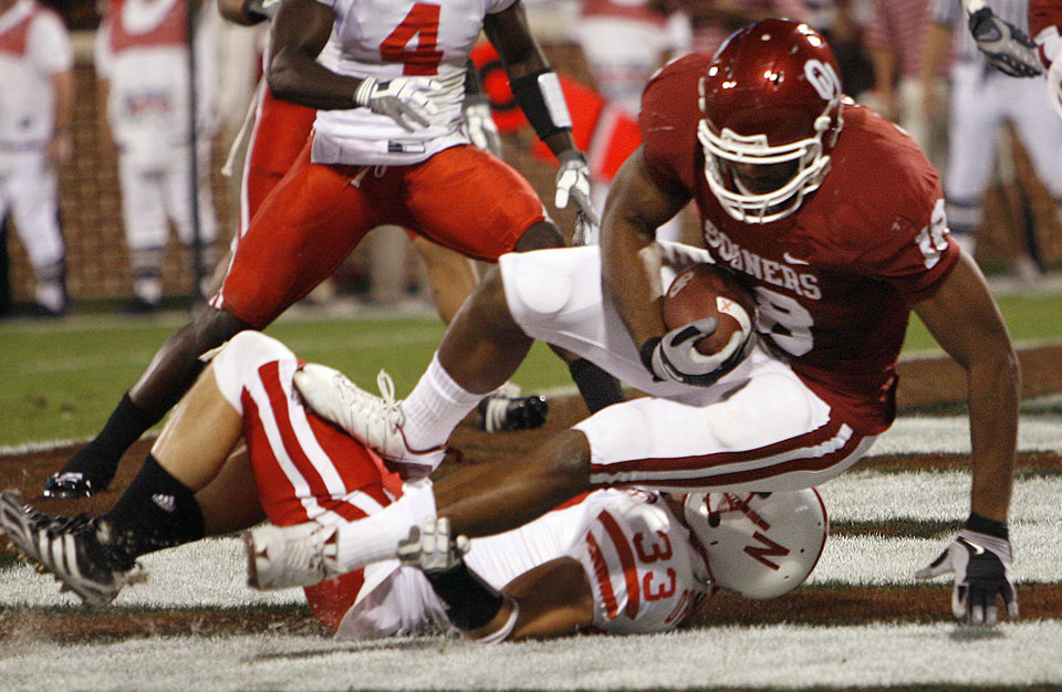 Oklahoma's Jermaine Gresham (18) makes a touchdown catch over Nebraska's Matt O'Hanlon (33) during the first half of the college football game between the University of Oklahoma Sooners (OU) and the University of Nebraska Huskers (NU) at the Gaylord Family-Oklahoma Memorial Stadium, on Saturday, Nov. 1, 2008, in Norman, Okla. 