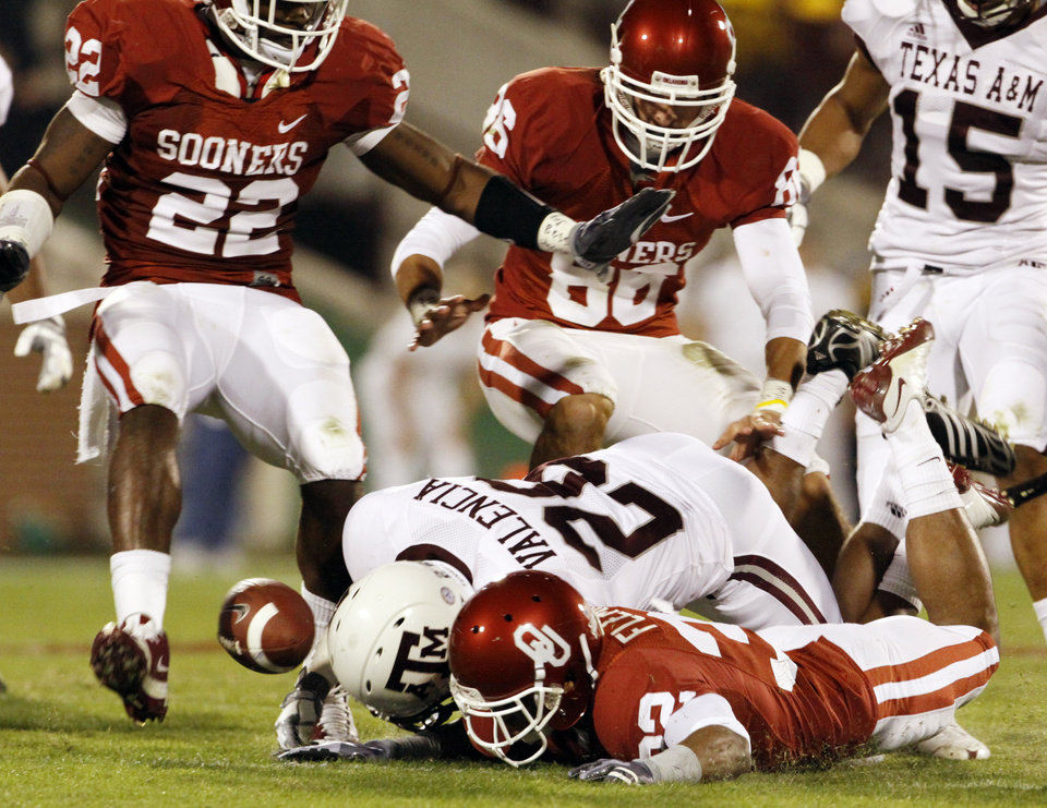 Photo - Colton Valencia (26) misplays a kickoff allowing Jamell Fleming (32) and the rest of the Sooners to recover the ball during the first half of the college football game between the University of Oklahoma Sooners (OU) and the Texas A&M at the Gaylord Familiy-Oklahoma Memorial Stadium on Saturday, Oct. 31, 2009, in Norman, Okla.