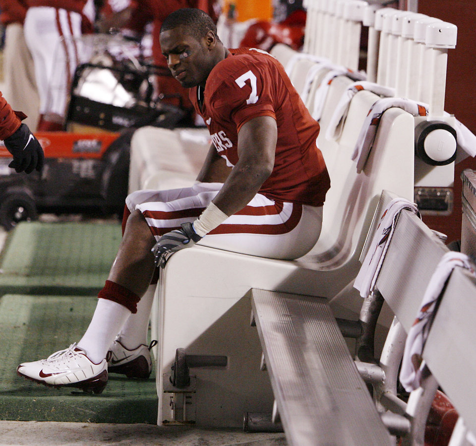 Photo - INJURY / INJURED: Oklahoma's DeMarco Murray (7) sits on the bench after being hurt on the game's opening kickoff during the first half of the Big 12 Championship college football game between the University of Oklahoma Sooners (OU) and the University of Missouri Tigers (MU) on Saturday, Dec. 6, 2008, at Arrowhead Stadium in Kansas City, Mo.   PHOTO BY NATE BILLINGS, THE OKLAHOMAN  ORG XMIT: KOD