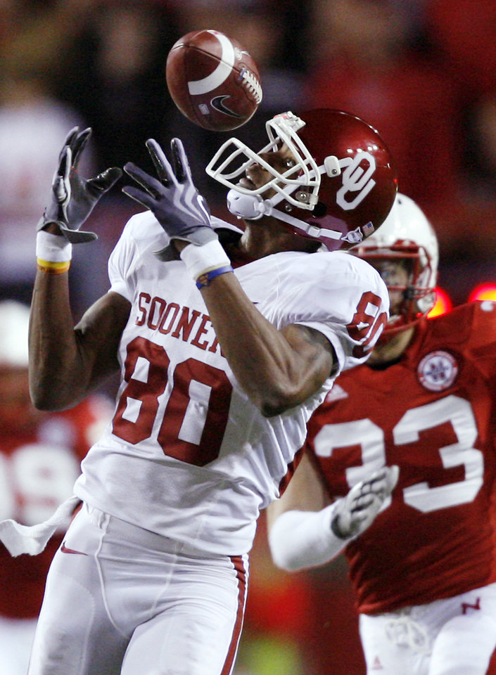 Photo - Oklahoma's Adron Tennell (80) misses a catch during the first half of the college football game between the University of Oklahoma Sooners (OU) and the University of Nebraska Cornhuskers (NU) on Saturday, Nov. 7, 2009, in Lincoln, Neb.