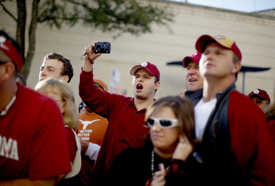 Photo - OU fans cheer as the team arrives before the Red River Rivalry college football game between the University of Oklahoma Sooners (OU) and the University of Texas Longhorns (UT) at the Cotton Bowl in Dallas, Texas, Saturday, Oct. 17, 2009. Photo by Bryan Terry, The Oklahoman