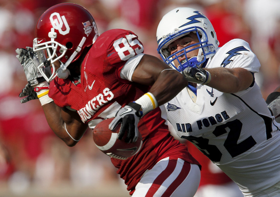 OU's Ryan Broyles gets past Jordan Waiwaiole of Air Force during the second half of the college football game between the University of Oklahoma Sooners (OU) and Air Force (AF) at the Gaylord Family-Oklahoma Memorial Stadium on Saturday, Sept. 18, 2010, in Norman, Okla.   Photo by Bryan Terry, The Oklahoman