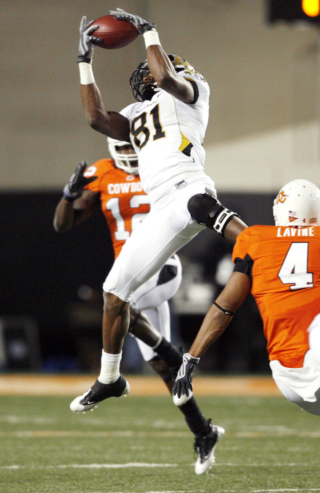 Photo - Danario Alexander catches a pass in front of Johnny Thomas during the college football game between Oklahoma State University (OSU) and the University of Missouri (MU) at Boone Pickens Stadium in Stillwater, Okla. Saturday, Oct. 17, 2009.  Photo by Steve Sisney, The Oklahoman