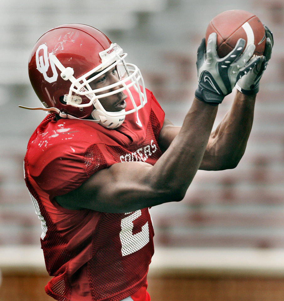 Photo - SCRIMMAGE: Justin Johnson (25) catches passes before the University of Oklahoma (OU) college football team scrimmages at Gaylord Family -- Oklahoma Memorial Stadium in Norman, Oklahoma on Saturday, March 29, 2008.    BY STEVE SISNEY, THE OKLAHOMAN ORG XMIT: KOD