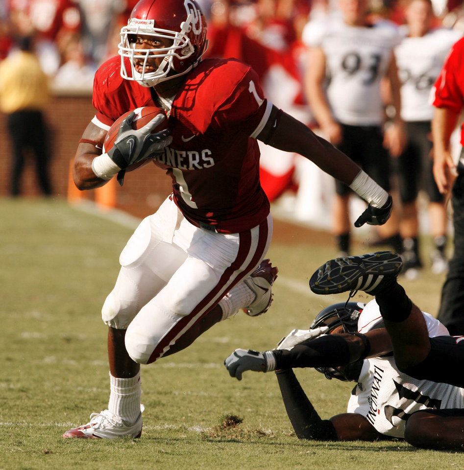 Photo - MANNY JOHNSON: Manuel Johnson runs after a catch in the second half during the college football game between the University of Oklahoma (OU) and Cincinnati at Gaylord Family -- Oklahoma Memorial Stadium in Norman, Okla., Saturday, September 6, 2008.   BY STEVE SISNEY, THE OKLAHOMAN ORG XMIT: KOD