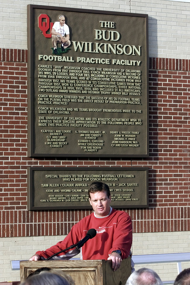 Photo - DEDICATE, DEDICATION:  OU coach Bob Stoops speaks at the ceremony to show the name of the Bud Wilkinson football practice facility. Staff photo by Jaconna Aguirre.