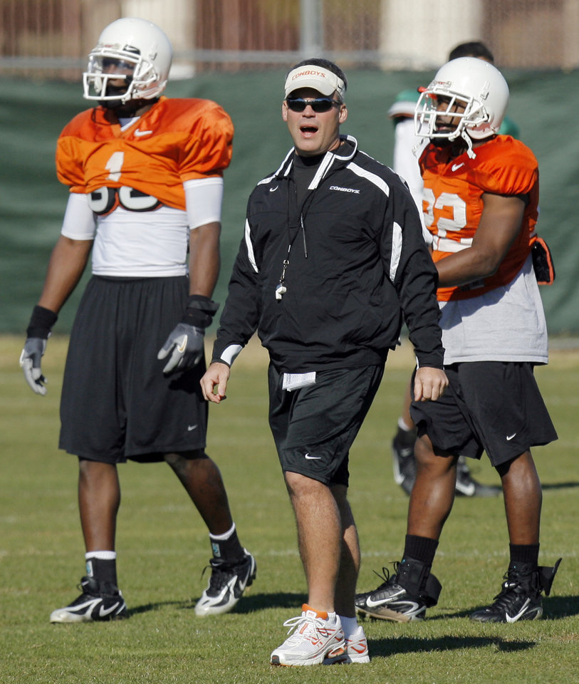 Photo - OSU defensive coordinator Tim Beckman gives intructions in front of Dez Bryant (1), left, and Dantrell Savage (22), right, during Oklahoma State University college football practice at Corona del Sol High School in Tempe, Arizona, Friday, December 28, 2007. OSU will play Indiana in the Insight Bowl on Dec. 31, 2007. BY NATE BILLINGS, THE OKLAHOMAN ORG XMIT: KOD