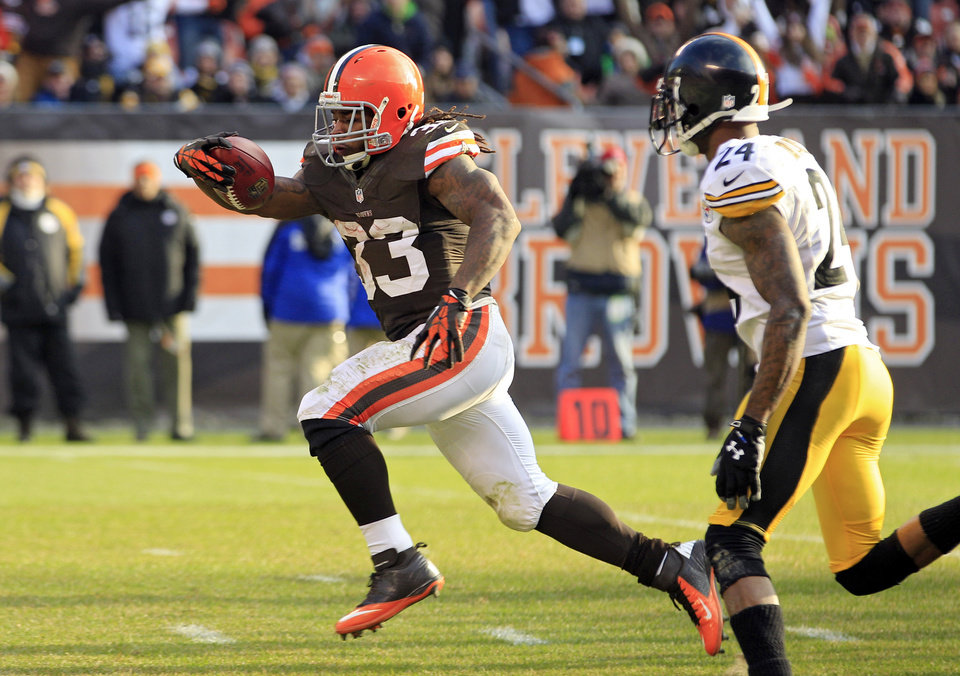 Photo -   Cleveland Browns running back Trent Richardson (33) runs past Pittsburgh Steelers cornerback Ike Taylor on a 15-yard touchdown run in the third quarter of an NFL football game Sunday, Nov. 25, 2012, in Cleveland. (AP Photo/Tony Dejak)