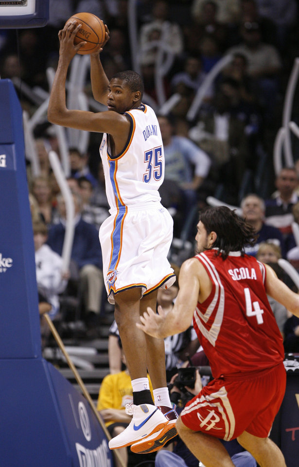 Photo - NBA BASKETBALL: Kevin Durant comes up with a defensive rebound in the second half as the Oklahoma City Thunder plays the Houston Rockets at the Ford Center in Oklahoma City, Okla. on Friday, January 9, 2009.   Photo by Steve Sisney/The Oklahoman ORG XMIT: kod Photo by Steve Sisney, The Oklahoman