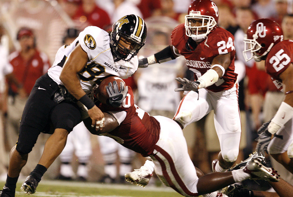 Photo - Oklahoma's Curtis Lofton (40) hits Missouri's Tommy Saunders (84) as Sooner's Marcus Walker (24) and D.J. Wolfe (25) help pursue on the play during the second half of the college football game between the University of Oklahoma Sooners (OU) and the University of Missouri Tigers (MU) at the Gaylord Family Oklahoma Memorial Stadium on Saturday, Oct. 13, 2007, in Norman, Okla.By STEVE SISNEY, The Oklahoman