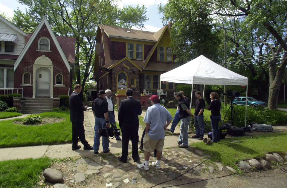 Photo -   FILE - In this May 28, 2004, file photo, members of the media gather outside a Detroit home where investigators ripped up floorboards where one-time Jimmy Hoffa ally Frank Sheeran claims to have killed him. Hoffa's mysterious disappearance, assumed death and myriad searches for his body have been the stuff of urban legends for more than three decades. (AP Photo/Detroit News, Seth Lower) DETROIT FREE PRESS OUT; HUFFINGTON POST OUT