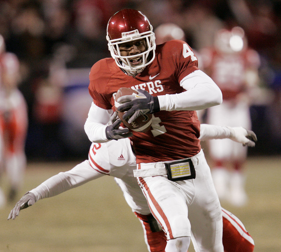 Photo - Oklahoma receiver Malcolm Kelly scores on a 66-yard touchdown pass catch from quarterback Paul Thompson in the first half of the Big 12 Championship game during the University of Oklahoma Sooners (OU) college football game against the University of Nebraska Cornhuskers (NU) at Arrowhead Stadium, on Saturday, Dec. 2, 2006, in Kansas City, Mo.   by Chris Landsberger, The Oklahoman  ORG XMIT: KOD