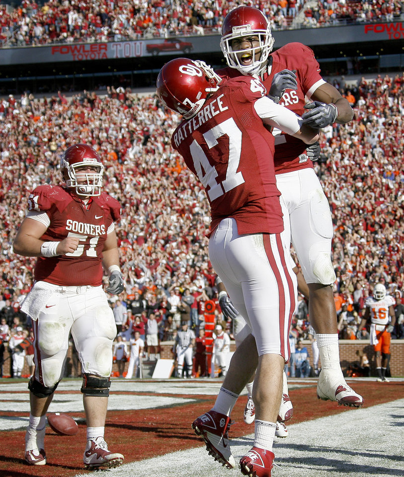 Photo - OU's DeMarco Murray, at right, celebrates with Trent Ratterree and Brian Lepak after a touchdown during the second half of the Bedlam college football game between the University of Oklahoma Sooners (OU) and the Oklahoma State University Cowboys (OSU) at the Gaylord Family-Oklahoma Memorial Stadium on Saturday, Nov. 28, 2009, in Norman, Okla.Photo by Bryan Terry, The Oklahoman