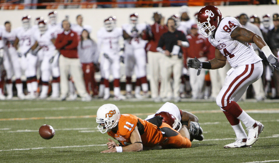 Photo - Zac Robinson fumbles the two-point conversion during the second half of the college football game between the University of Oklahoma Sooners (OU) and Oklahoma State University Cowboys (OSU) at Boone Pickens Stadium on Saturday, Nov. 29, 2008, in Stillwater, Okla. STAFF PHOTO BY NATE BILLINGS
