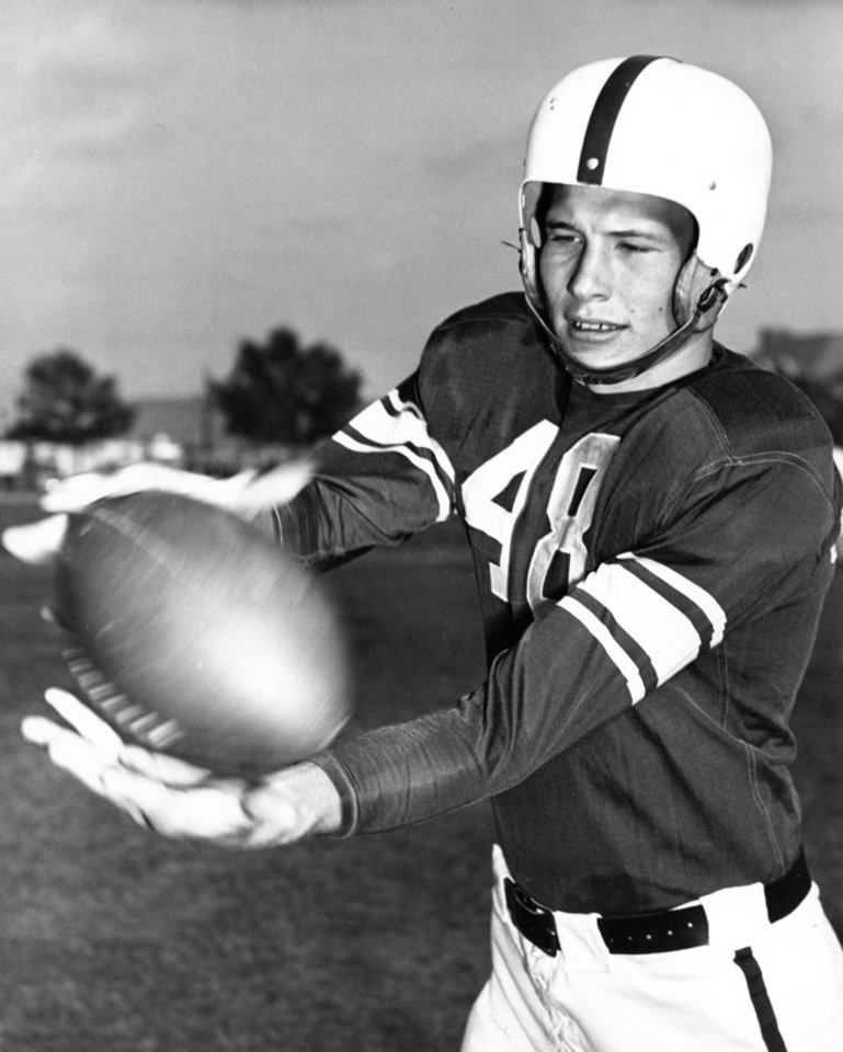 Photo - DEATH / DIED SATURDAY, JUNE 6, 2009: University of Oklahoma football player Jim Owens in a posed action photo with an OPUBCO Library date of 5/4/48. File:  College Football/OU/Jim Owens/1948