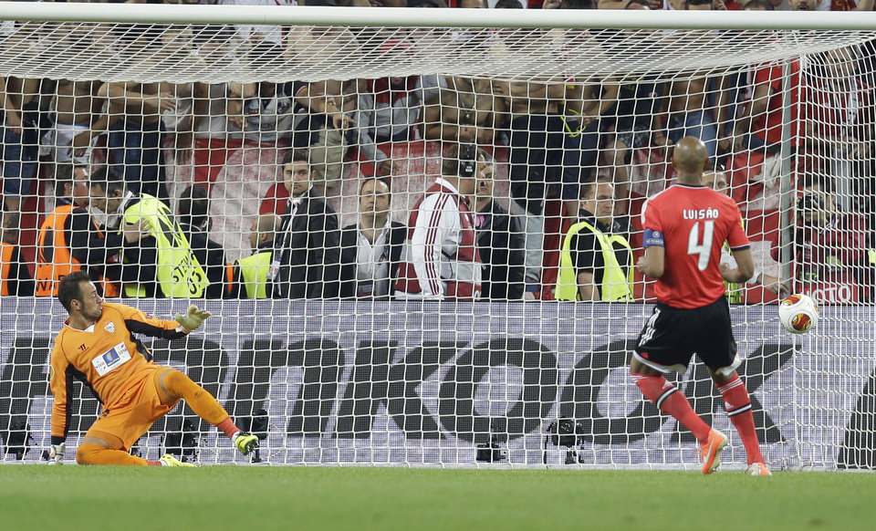 Photo - Benfica's Luisao scores from the penalty spot during the Europa League soccer final between Sevilla and Benfica, at the Turin Juventus stadium in Turin, Italy, Wednesday, May 14, 2014. Sevilla beat Benfica 4-2 on penalties to win Europa League final. (AP Photo/Andrew Medichini)