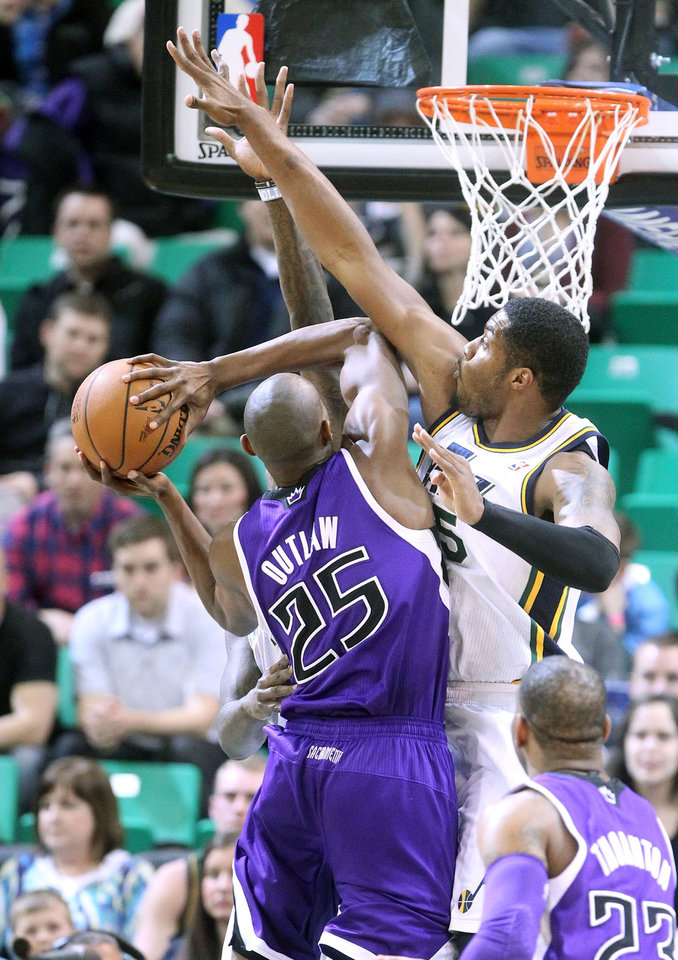 Photo - Sacramento Kings' Travis Outlaw (25) goes to the basket as Utah Jazz's Derrick Favors, right, defends in the first half of an NBA basketball game, Monday, Jan. 27, 2014, in Salt Lake City. (AP Photo/Rick Bowmer)
