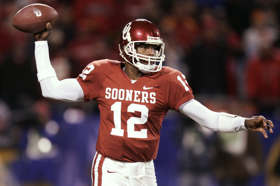 Photo - Oklahoma quarterback Paul Thompson (12) throws in the first half of the Big 12 Championship game during the University of Oklahoma Sooners (OU) college football game against the University of Nebraska Cornhuskers (NU) at Arrowhead Stadium, on Saturday, Dec. 2, 2006, in Kansas City, Mo.   By Bryan Terry, The Oklahoman   ORG XMIT: KOD