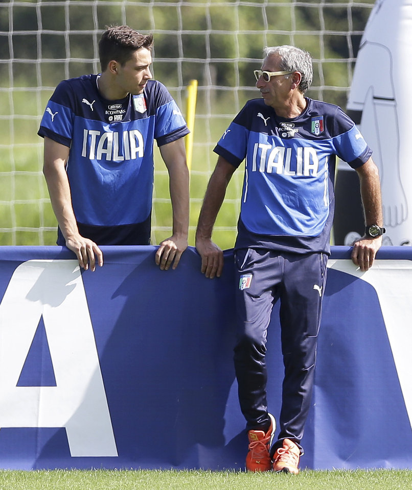 Team physician Enrico Castellacci, right, talks with Italy\'s Mattia De Sciglio during a training session in Mangaratiba, Brazil, Monday, June 16, 2014. Italy plays in group D of the Brazil 2014 soccer World Cup. (AP Photo/Antonio Calanni)