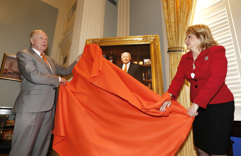 Photo - T. Boone Pickens and Oklahoma Governor Mary Fallin unveil a painting of  Pickens during a ceremony at the State Capitol in Oklahoma City, Thursday February 14, 2013. The portrait was painted by Oklahoma artist Mike Wimmer. Photo By Steve Gooch, The Oklahoman