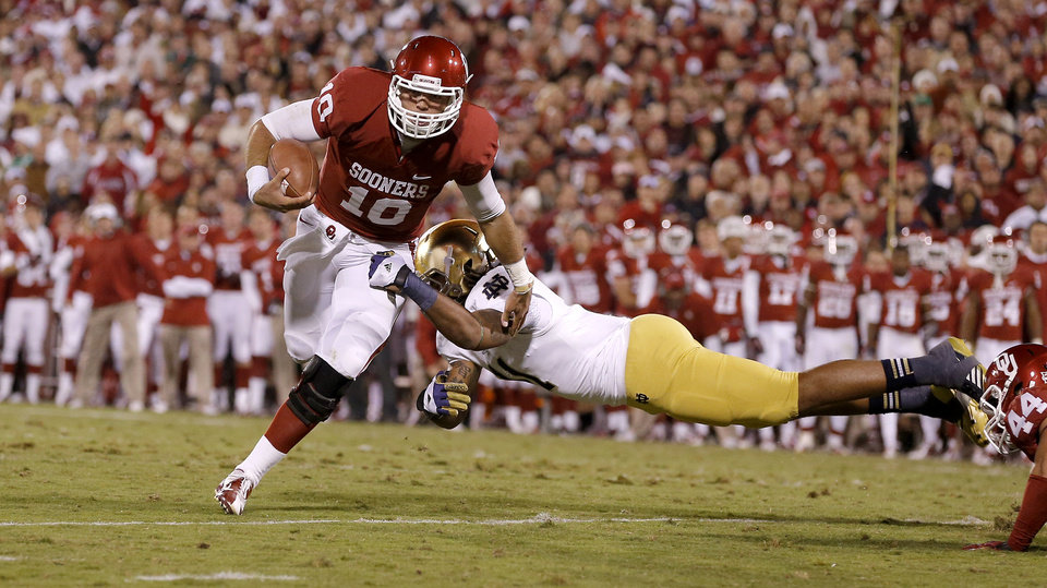 OU's Blake Bell (10) runs past Notre Dame's Ishaq Williams (11) for a touchdown during the college football game between the University of Oklahoma Sooners (OU) and the Notre Dame Fighting Irish at Gaylord Family-Oklahoma Memorial Stadium in Norman, Okla., Saturday, Oct. 27, 2012. Oklahoma lost 30-13. Photo by Bryan Terry, The Oklahoman
