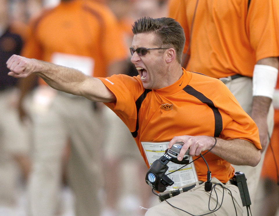 Photo - BEDLAM: Oklahoma State head coach Mike Gundy reacts to a defensive stop in the second half during the University of Oklahoma Sooners (OU) college football game against Oklahoma State University Cowboys (OSU) at Boone Pickens Stadium, on Saturday, Nov. 25, 2006, in Stillwater, Okla. OU won 27-21. by Matt Strasen, The Oklahoman  ORG XMIT: KOD
