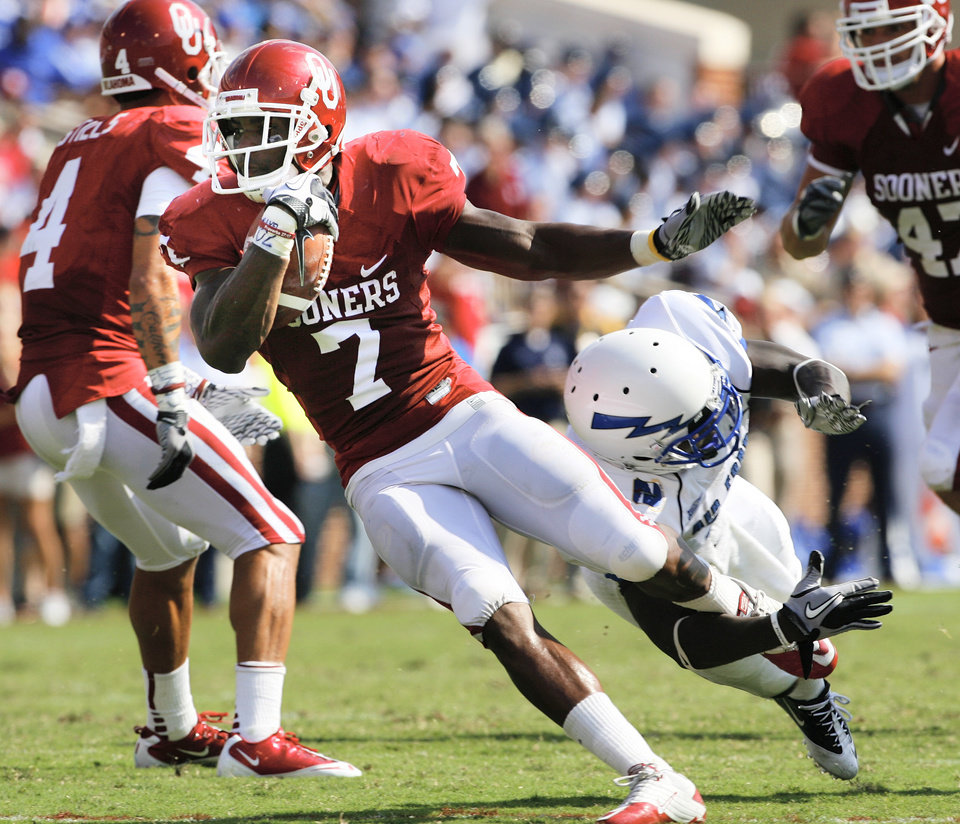 DeMarco Murray (7) carries during the first half of the college football game between the University of Oklahoma Sooners (OU) and the Air Force Falcons at Gaylord Family-Oklahoma Memorial Stadium on Saturday, Sept. 18, 2010, in Norman, Okla.   Photo by Steve Sisney, The Oklahoman