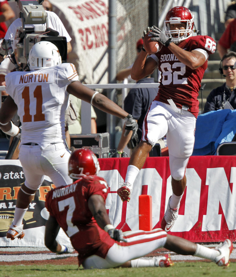 Photo - Oklahoma's James Hanna (82) catches a touchdown pass in first half of the Red River Rivalry college football game between the University of Oklahoma Sooners (OU) and the University of Texas Longhorns (UT) at the Cotton Bowl on Saturday, Oct. 2, 2010, in Dallas, Texas.   Photo by Chris Landsberger, The Oklahoman