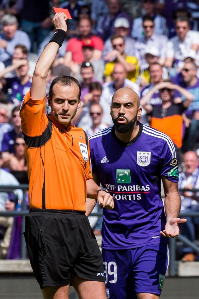 Photo - RSC Anderlecht player Anthony Vanden Borre is shown the red card by referee Alexandre Boucaut during the Jupiler Pro League play-offs match against Sporting Lokeren at the Contstant Vandenstock stadium in Brussels, Sunday May 18, 2014. (AP Photo/Geert Vanden Wijngaert)