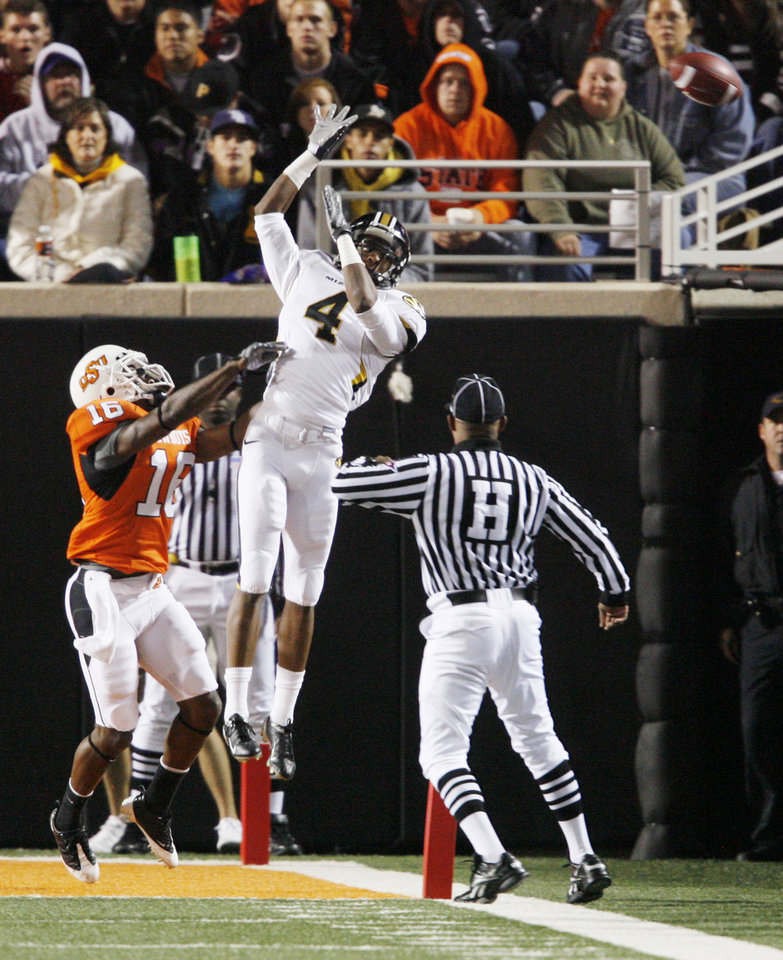 Photo - Jared Perry (4) goes up for overthrown ball against Perrish Cox (16) during the college football game between Oklahoma State University (OSU) and the University of Missouri (MU) at Boone Pickens Stadium in Stillwater, Okla. Saturday, Oct. 17, 2009.  Photo by Steve Sisney, The Oklahoman ORG XMIT: KOD