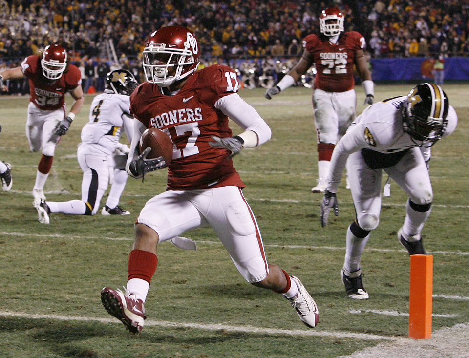Photo - Oklahoma's Mossis Madu (17) makes his way into the end zone for a touchdown during the first half of the Big 12 Championship college football game between the University of Oklahoma Sooners (OU) and the University of Missouri Tigers (MU) on Saturday, Dec. 6, 2008, at Arrowhead Stadium in Kansas City, Mo. 