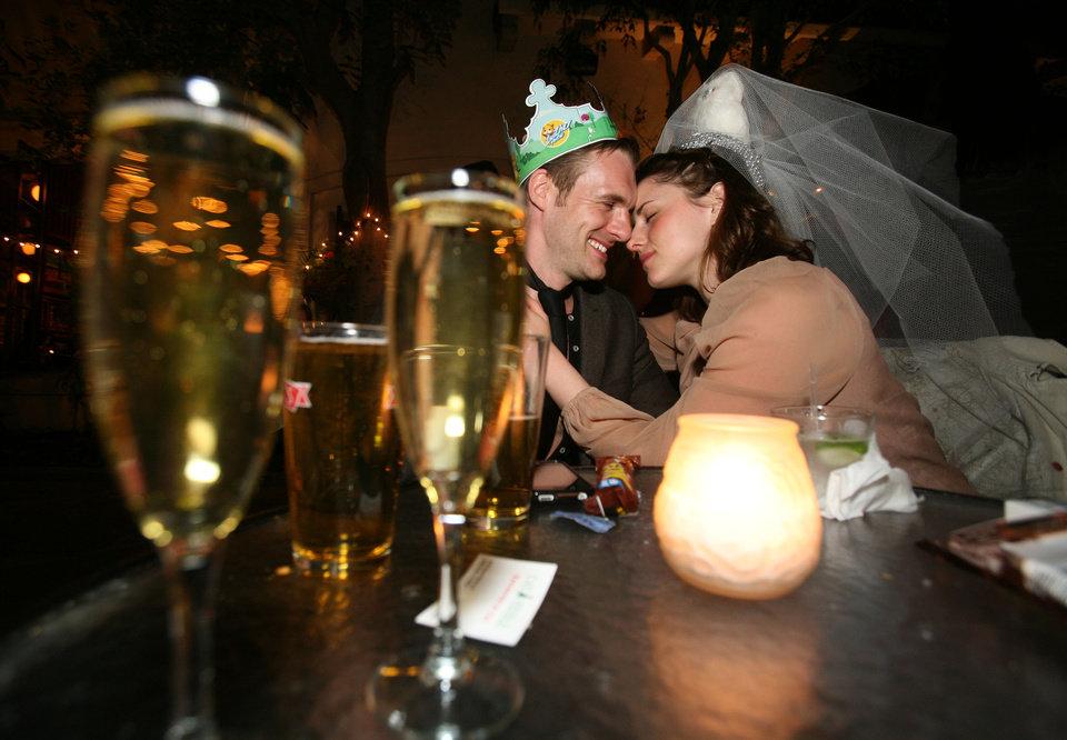 Photo - Oscar Nicholas and Yazmin Estrada share a private moment during a