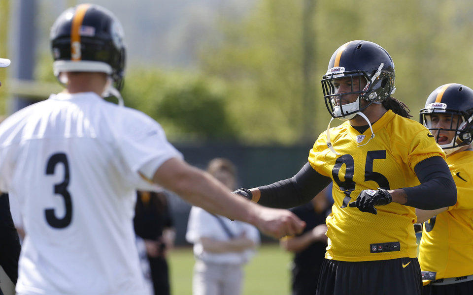 Photo - Pittsburgh Steelers first round draft choice, linebacker Jarvis Jones, right, out of Georgia, and fourth round draft pick quarterback Landry Jones out of Oklahoma, stretch  during NFL football rookie minicamp on Friday, May 3, 2013 in Pittsburgh. (AP Photo/Keith Srakocic)