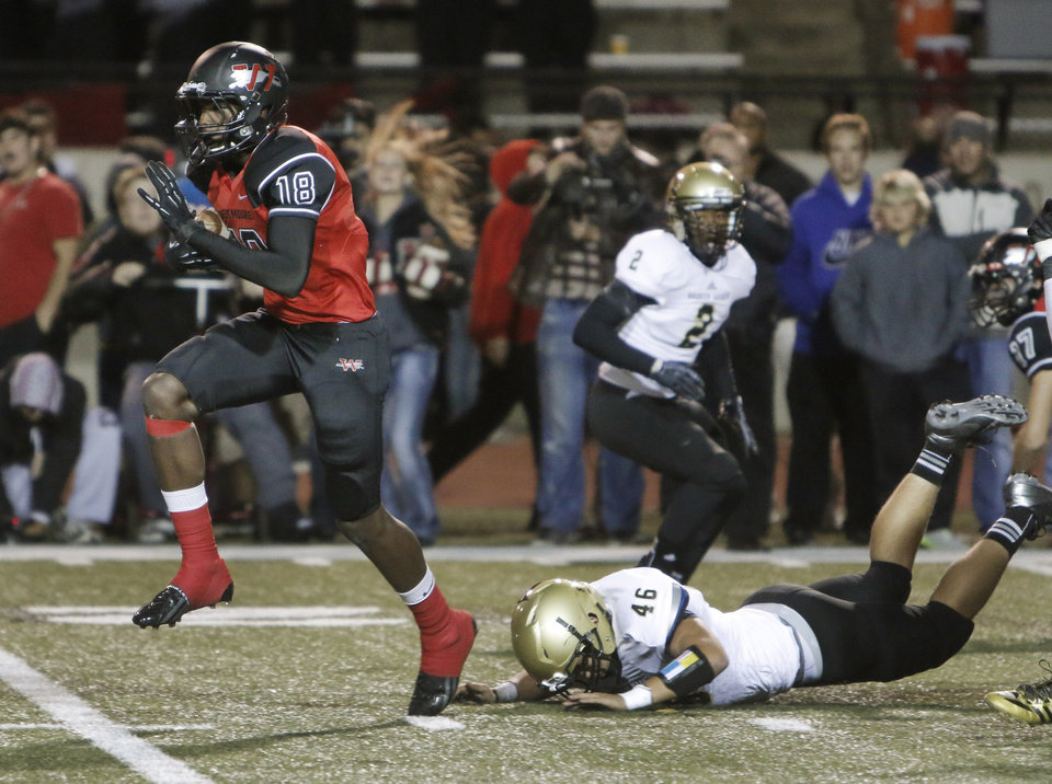 Photo - WM #18 Dahu Green breaks into the clear on his way to an 81 yard touchdown run leaving BA #46Justin Perkins behind during the high school football game between Broken Arrow and Westmoore at Moore stadium Friday , November 8, 2013. Photo by Doug Hoke, The Oklahoman
