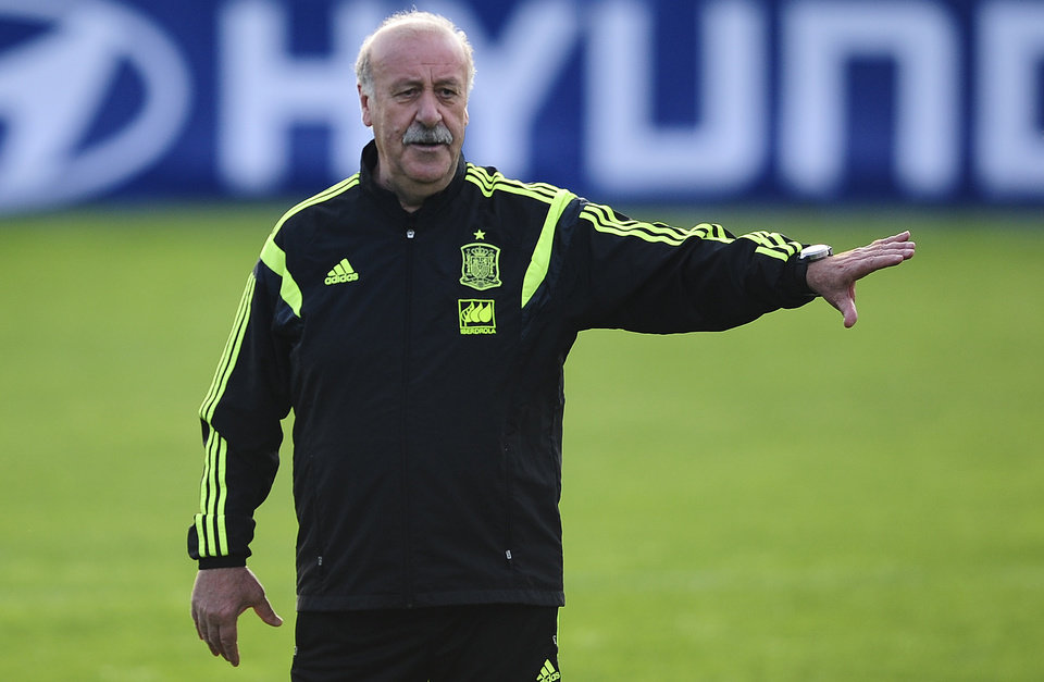 Photo - Spains's Heado coach Vicente del Bosque of Spain, gives directions to his team during a training session of the Spanish national team at the Atletico Paranaense training center in Curitiba, Brazil, Monday, June 9, 2014. Spain will play in group B of the Brazil 2014 World Cup. (AP Photo/Manu Fernandez)