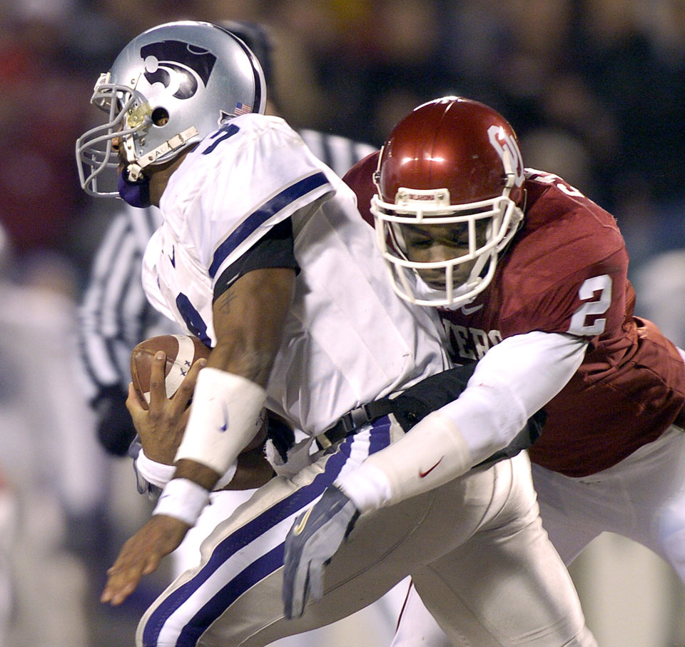 UNIVERSITY OF OKLAHOMA VS KSU BIG 12 CHAMPIONSHIP COLLEGE FOOTBALL AT ARROWHEAD STADIUM IN KANSAS CITY, MISSOURI, DECEMBER 6, 2003. OU Sooner #2 Derrick Strait tackles Kansas State University\'s #3 Ell Roberson. Staff photo by Ty Russell