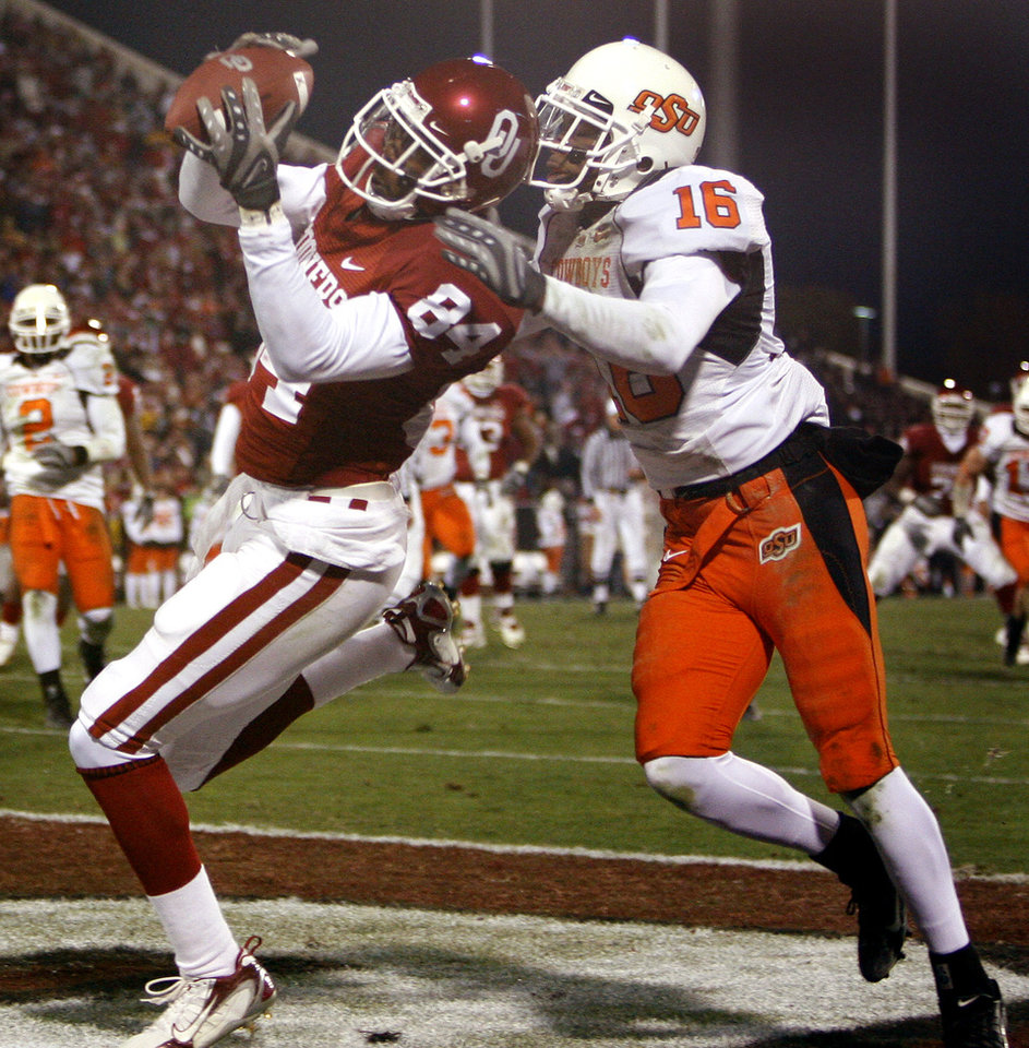 Photo - Oklahoma's Quinten Chaney (84) makes a touchdown catch in front of Oklahoma State's Perrish Cox (16) during the second half of the college football game between the University of Oklahoma Sooners (OU) and the Oklahoma State University Cowboys (OSU) at the Gaylord Family-Memorial Stadium on Saturday, Nov. 24, 2007, in Norman, Okla.  Photo By Bryan Terry, The Oklahoman