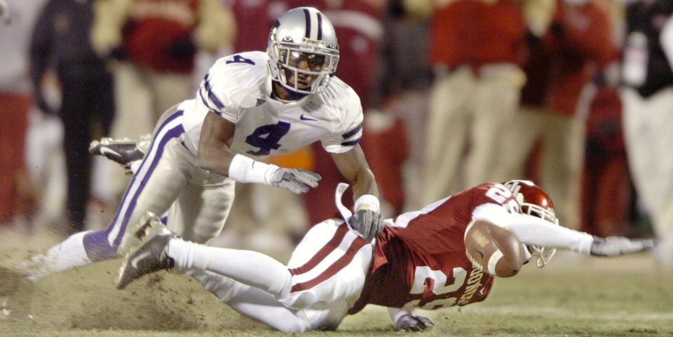 Kansas City, Mo. Saturday,12/06/2003 . BIG 12 CHAMPIONSHIP UNIVERSITY OF OKLAHOMA  (OU) VS KANSAS STATE (KSU) COLLEGE FOOTBALL AT ARROWHEAD STADIUM. Wildcats Cedrick Williams breaks up a pass intended for Sooners Will Peoples. (Staff photo by Steve Gooch)