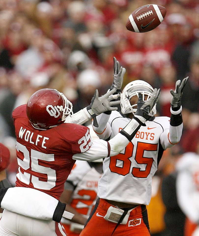 Photo - Damian Davis of OSU catches the ball in front of D.J. Wolfe of OU during the first half of the college football game between the University of Oklahoma Sooners (OU) and the Oklahoma State University Cowboys (OSU) at the Gaylord Family-Memorial Stadium on Saturday, Nov. 24, 2007, in Norman, Okla.  Photo By Bryan Terry, The Oklahoman