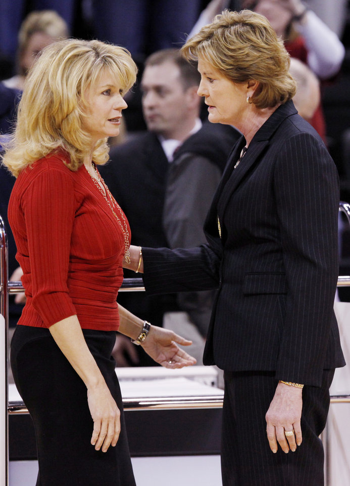 OU head coach Sherri Coale, left, and Tennessee head coach Pat Summitt talk before the women's college basketball game between the University of Oklahoma and Tennessee at the Ford Center in Oklahoma City, Monday, February 2, 2009. BY NATE BILLINGS, THE OKLAHOMAN ORG XMIT: KOD