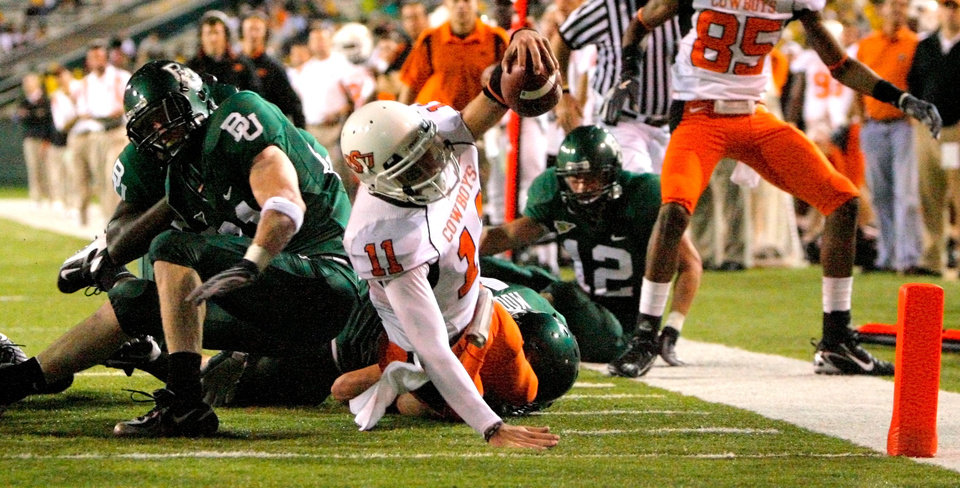 Photo - OSU quarterback Zac Robinson (11) reaches for the end zone after a scramble in the first half during the college football game between Oklahoma State University and Baylor University at Floyd Casey Stadium in Waco, Texas, Saturday, Nov. 17, 2007. Robinson scored on the play. BY MATT STRASEN, THE OKLAHOMAN