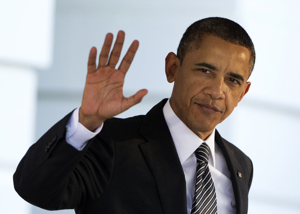 Photo -   President Barack Obama waves as he leaves the White House in Washington, Saturday, Nov. 17, 2012, for a trip to Southeast Asia. Obama will seek to reinforce American influence in Southeast Asia in spite of the large shadow cast by China. (AP Photo/Manuel Balce Ceneta)