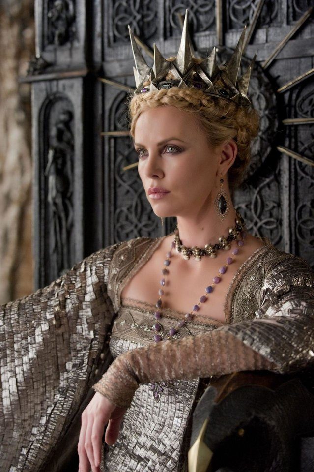 Photo - Charlize Theron plays evil  Queen Ravenna in