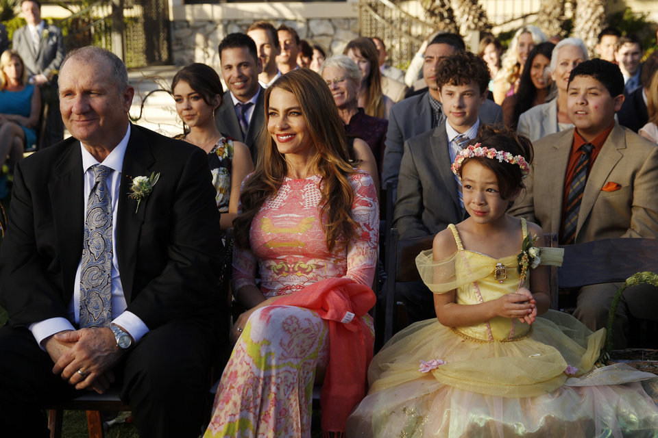 Photo - This photo released by ABC shows, from left, Ed O'Neill, Sarah Hyland, Sofia Vergara, center, Nolan Gould, Aubrey Anderson-Emmons, Rico Rodriguez, in a scene from