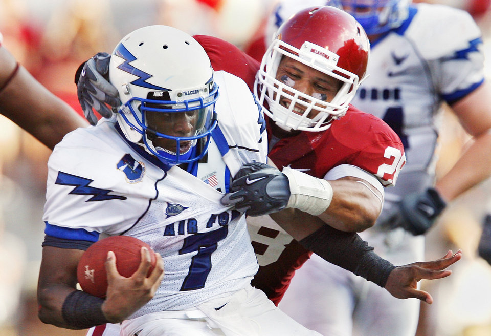 Photo - Travis Lewis (28) tackles Tim Jefferson (7) during the second half of the college football game where the University of Oklahoma Sooners (OU) defeated the Air Force Falcons 27-24 at Gaylord Family-Oklahoma Memorial Stadium on Saturday, Sept. 18, 2010, in Norman, Okla.   Photo by Steve Sisney, The Oklahoman