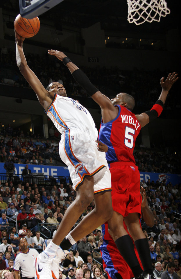 Photo - Kevin Durant of the Thunder dunks the ball over Cuttino Mobley of the Clippers in the second quarter of the NBA basketball game between the Oklahoma City Thunder and the Los Angeles Clippers at the Ford Center in Oklahoma City, Wednesday, Nov. 19, 2008. BY NATE BILLINGS, THE OKLAHOMAN