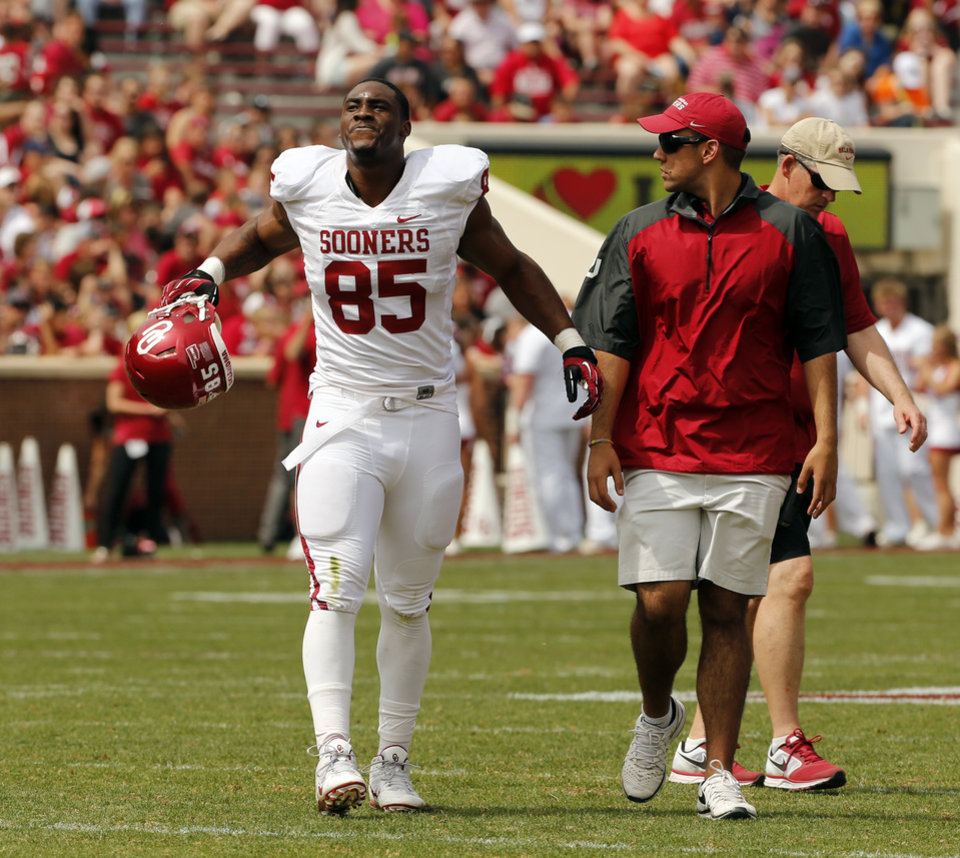 Photo - Geneo Grissom (85) reacts while leaving the field following an injury during the Spring College Football Game of the University of Oklahoma Sooners (OU) at Gaylord Family-Oklahoma Memorial Stadium in Norman, Okla., on Saturday, April 12, 2014.  Photo by Steve Sisney, The Oklahoman