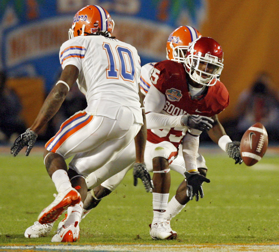 Photo - Oklahoma's Ryan Broyles (85) has a pass broken up by Florida's Will Hill (10) during the second half of the BCS National Championship college football game between the University of Oklahoma Sooners (OU) and the University of Florida Gators (UF) on Thursday, Jan. 8, 2009, at Dolphin Stadium in Miami Gardens, Fla. Oklahoma lost the game 24-14 to the Gators.